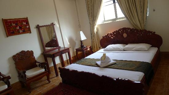 Aroon Residence Vientiane: king-sized bed in the executive room