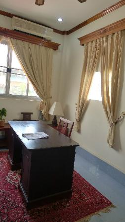 Aroon Residence Vientiane: study desk in the executive room
