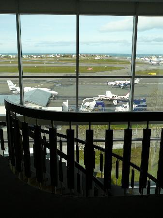 أيسلاندير هوتل ريكيافيك ناتورا: View as we walked down the stairs from our room. Small airport located behind the hotel