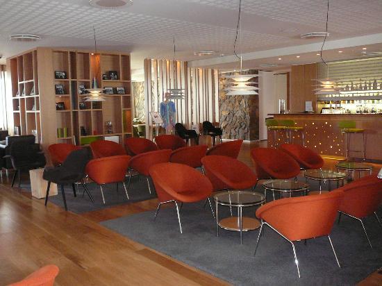 أيسلاندير هوتل ريكيافيك ناتورا: Hotel lounge - Modern and chic and surprising considering the outside of the hotel