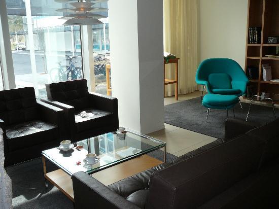 Icelandair Hotel Reykjavik Natura: Front lobby lounge area