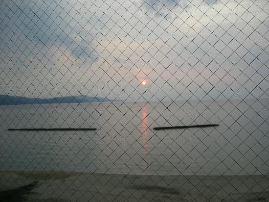 Shizuka Hanaougi: 窓越しの夕日と夕日ヶ浦海岸