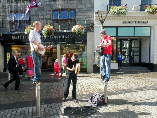 Travelodge Galway: Buskers
