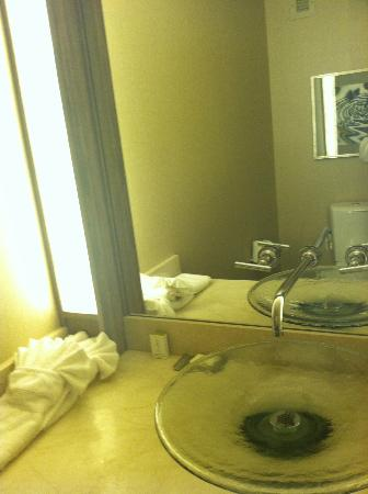 ‪هامبتون إن بوستون/بيبودي: Hampton Inn Boston Peabody Bathroom