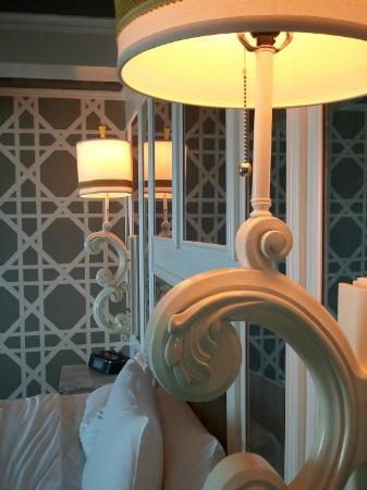 Viceroy Santa Monica: Beautiful bed lamps but no headboard on beads ... the pillows would just sink into the gap betwe