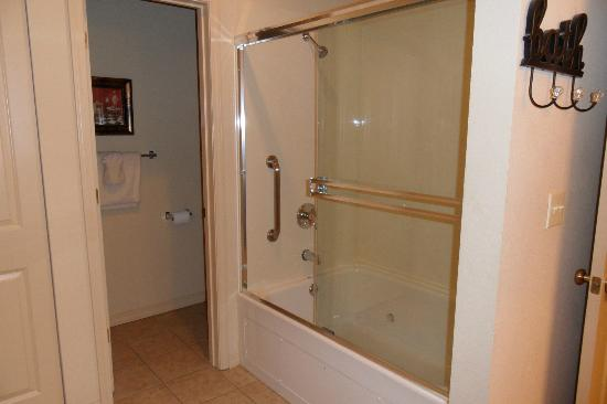 Thousand Hills Resort and Golf Club: 2 person jetted tub in master bath