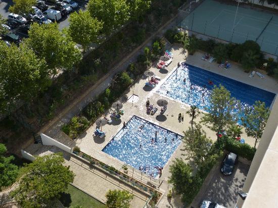 Apartamentos Jardins da Rocha: Piscinas del apartamento. Vistas desde la habitación