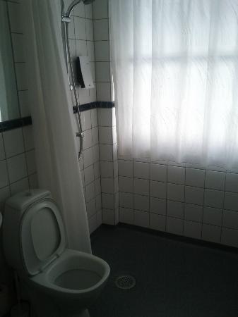 هوتل كريستيان 4: bathroom (shower is standing ta the corner) 