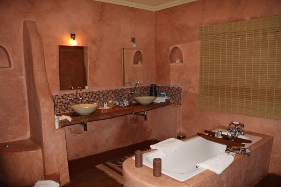 Sabyinyo Silverback Lodge: great bathroom!