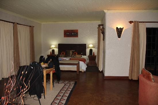 Sabyinyo Silverback Lodge: living/bedroom area