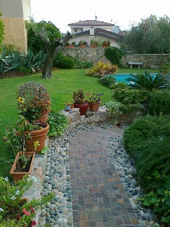 Locanda del Gardoncino: il giardino e la piccola piscina idromassaggio