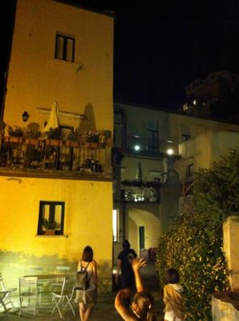 Amalfi Holiday Resort : vista nocturna del Resort