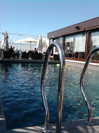 Pullman Montpellier Centre: piscine qui donne sur les tables du pdj