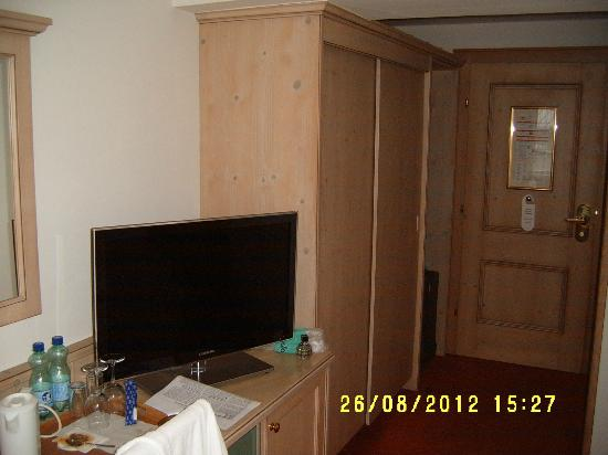 Hotel Tirolerhof: Plenty of wardrobe space with a Security Safe