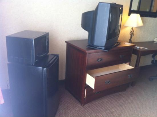 Radisson Hotel Lubbock Downtown: mini fridge microwave and tv