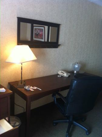 Radisson Hotel Lubbock Downtown: work station - few outlets