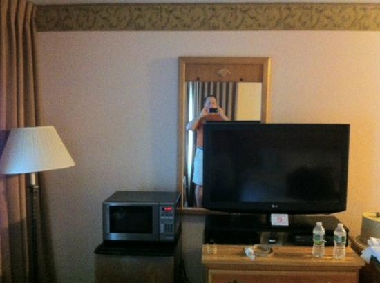 Inn on the Square: Staff too lazy to move mirror when they upgraded TV