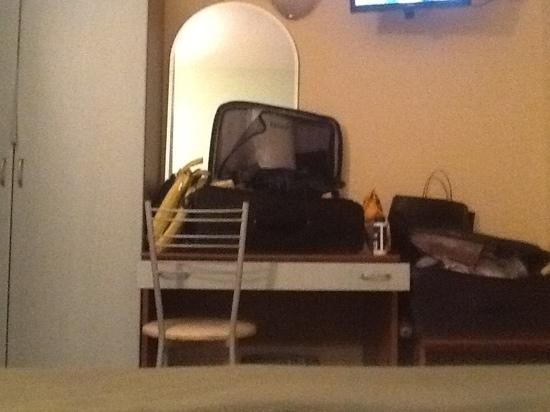 Hotel Brianza: pequeña habitacion