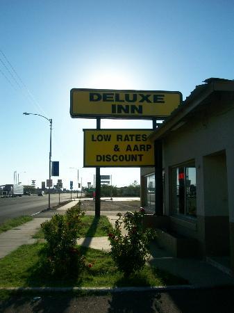 Deluxe Inn: Street view of motel