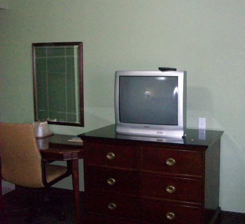 Deluxe Inn: The desk and TV