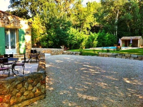 Le Mas de l'ile : garden and pool