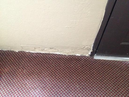 Super 8 Morrilton : Damage inside next to motel door