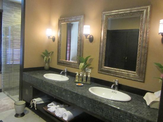 Sala Arun: suite bathroom