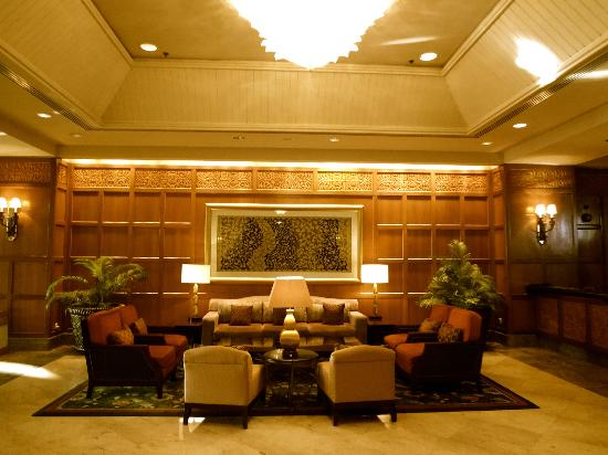 Shangri-La Hotel Surabaya: The lobby