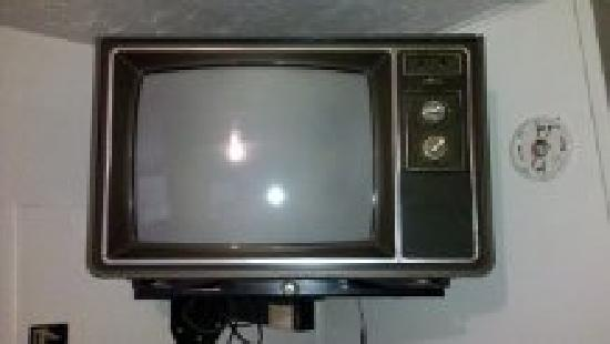 Yokum's Vacationland: TV with knobs missing and no remote