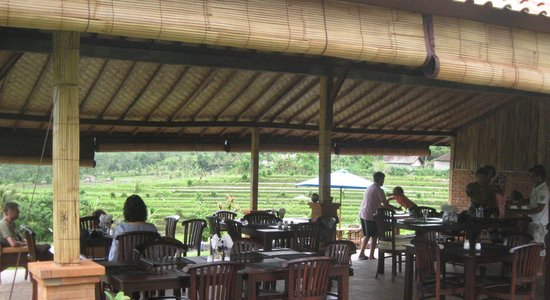 Warung Telaga Sidemen: table and chairs of warung telaga lay out