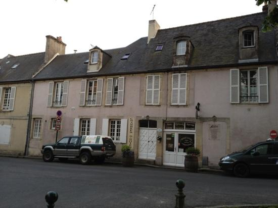 Logis Les Remparts -  Bed and Breakfast: front of house & shop