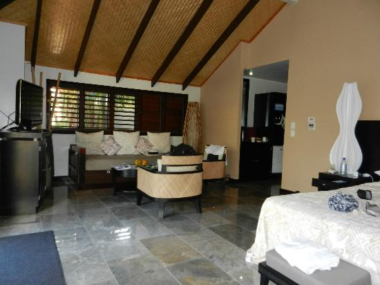 Crown Beach Resort & Spa: General lounge area in Pool Suite