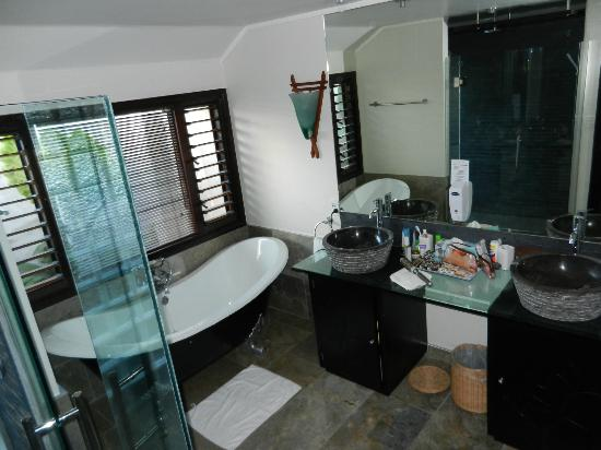 Crown Beach Resort & Spa: Great bathroom in Pool Suite