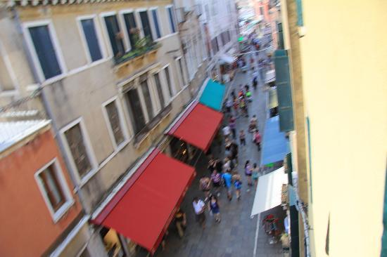Hotel Antica Casa Carettoni: Вид на улицу из окна
