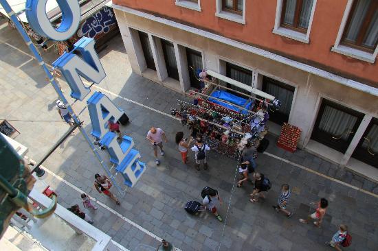 Hotel Antica Casa Carettoni: Вид на улицу