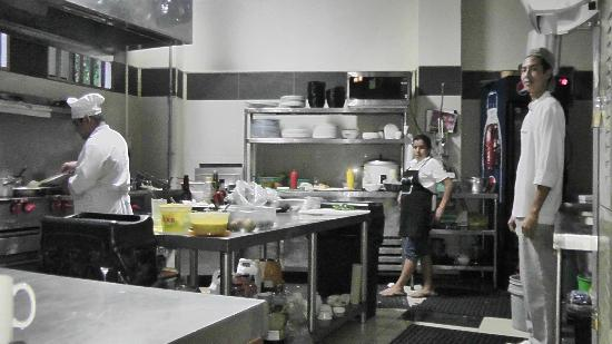 Restaurante and Sports Bar El Sol: kitchen