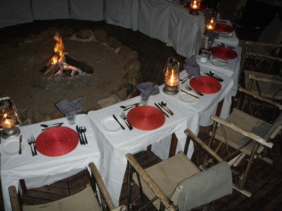 Simbambili Game Lodge: Dinner on the small boma.