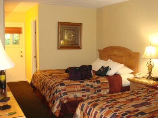 Jonathan Creek Inn and Villas: our creekside room with 2 queen beds