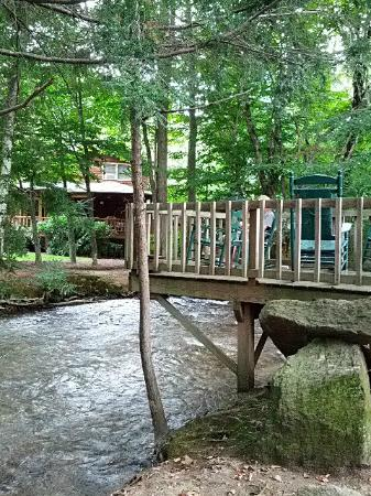 Jonathan Creek Inn and Villas: large deck at back of Inn by the creek