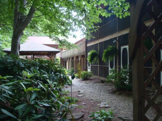 جوناثان كريك إن آند فيلاز: the grounds of the Inn (beside creek)