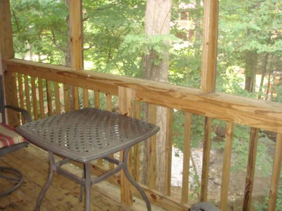Jonathan Creek Inn and Villas: screened porch of our room