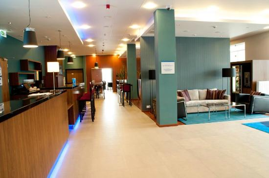 Holiday Inn Express Warsaw Airport : Lobby and Bar