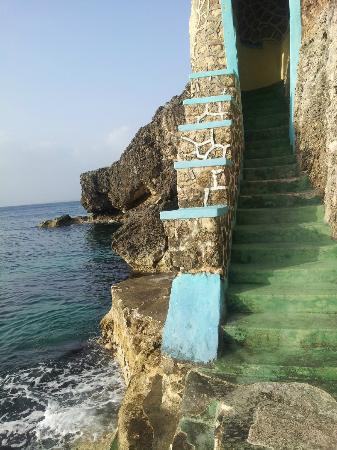 Blue Cave Castle: Steps leading down to sea to swin/go snorkeling etc.