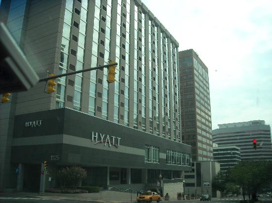 Hyatt Arlington: Front of hotel