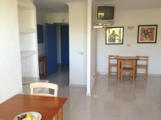Apartahotel Monterrey: living room to kitchen area
