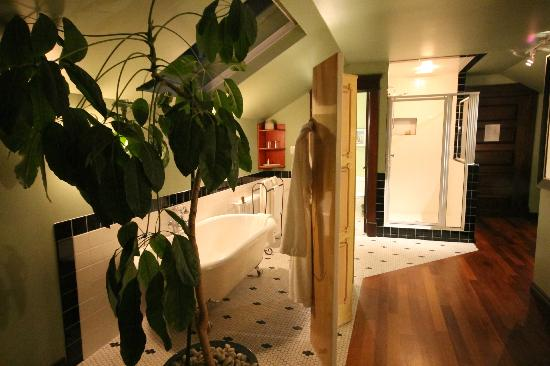 BriMar Bed and Breakfast: Soaker tub, shower; the sink and toilet are in the room to left