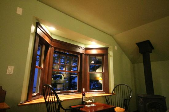 BriMar Bed and Breakfast: Bay window and seating area, fireplace