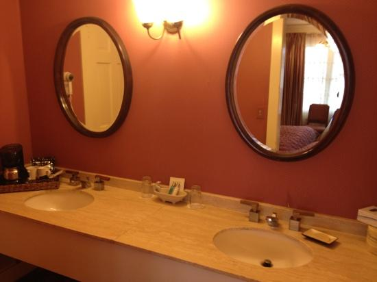 Mendocino Hotel and Garden Suites: Double sinks
