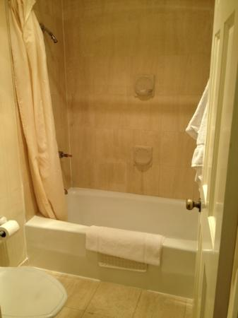 Mendocino Hotel and Garden Suites: Shower had a hot water warning