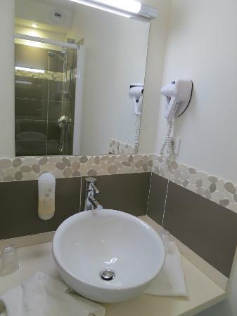 Hotel Chilhar : Bathroom sink